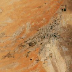 Al-Aïn – satellite : une oasis urbaine dans le désert • Carte • PopulationData.net