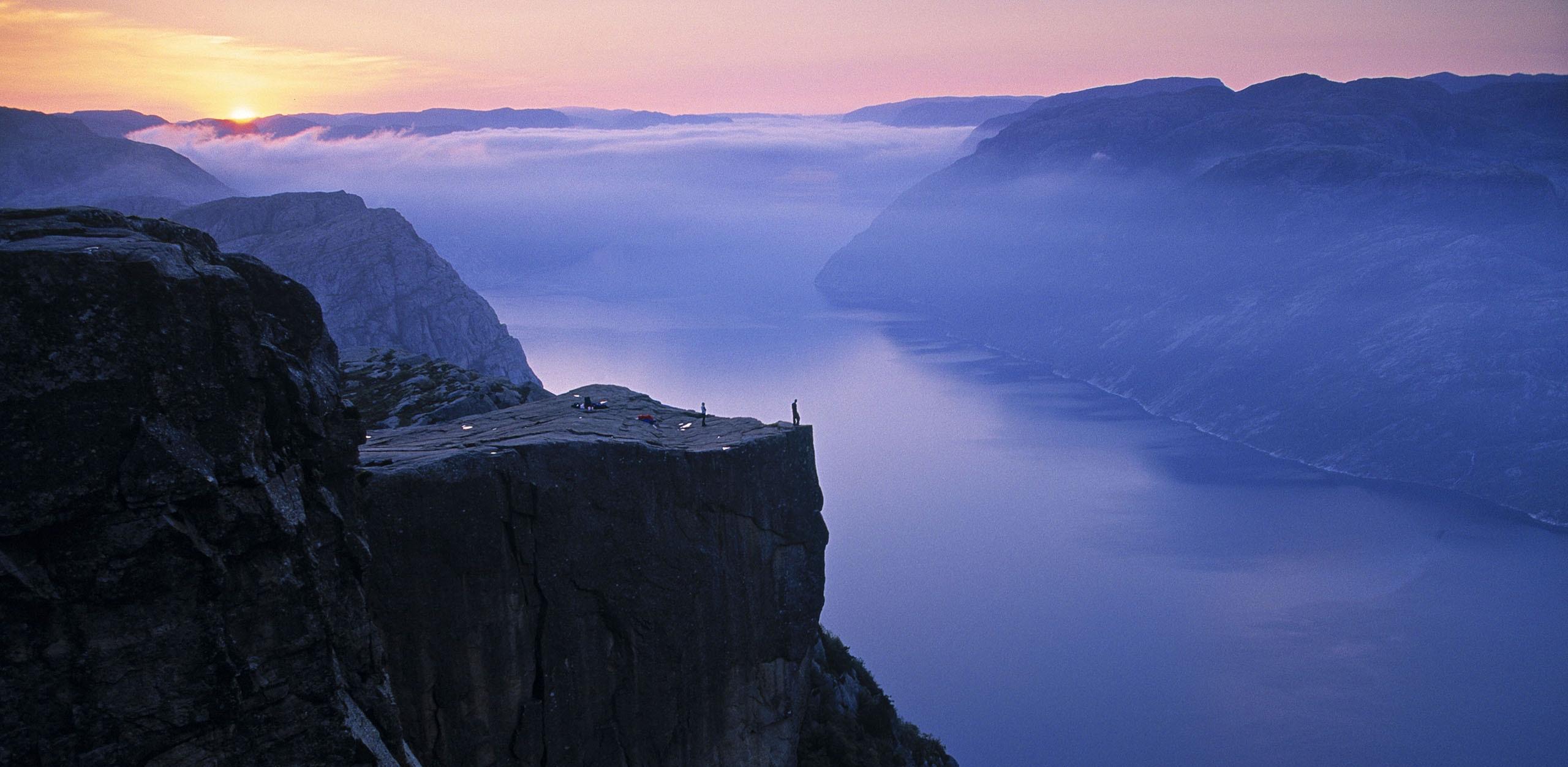 Preikestolen norway most beautiful spots wildlife for Floating rock norway