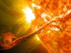 Image saisissante d'une éruption solaire – Aurores Boréales